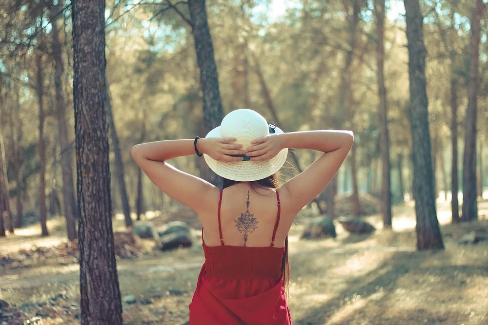 cô gái tham quan rừng cây