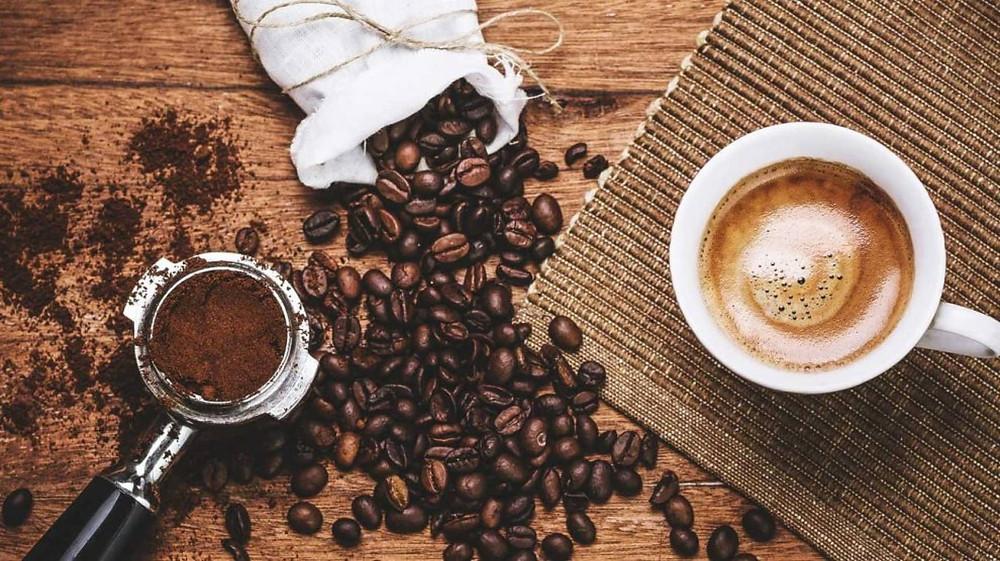 hạt cafe, cốc cafe và dụng cụ lọc bột cafe xay