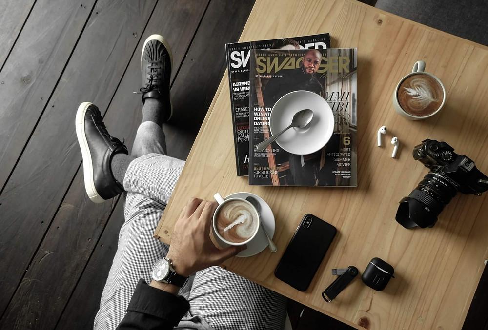 bàn cafe sắp xếp nhiều phụ kiện và tạp chí