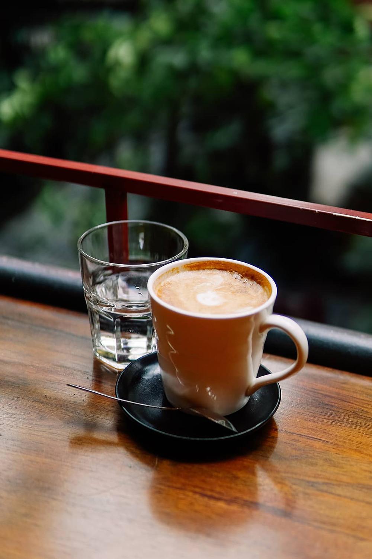 cà phê bạc xỉu và cốc nước lọc trên ban công