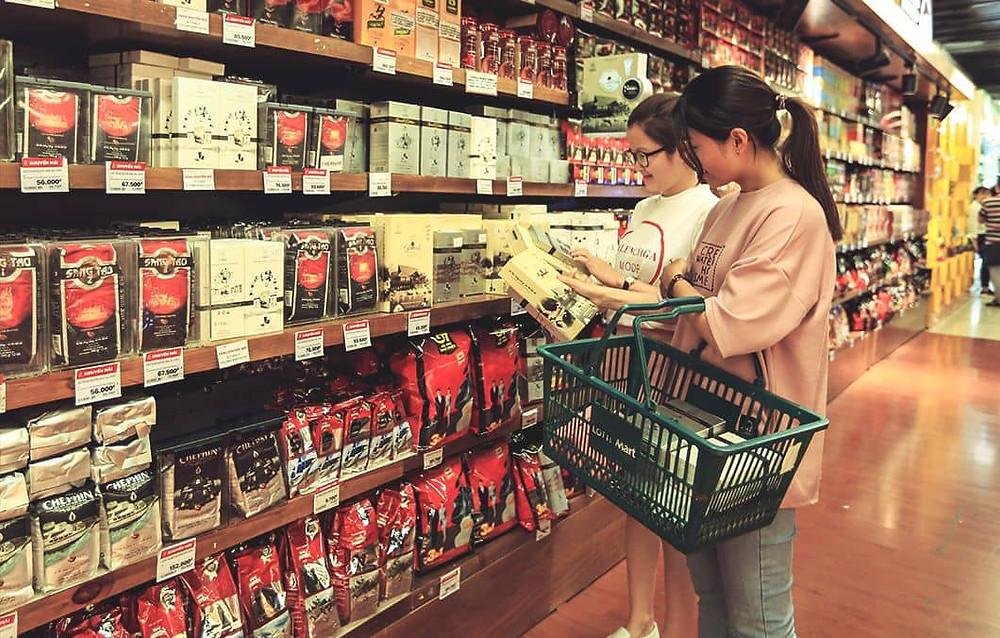 2 cô gái mua cafe hòa tan tại siêu thị