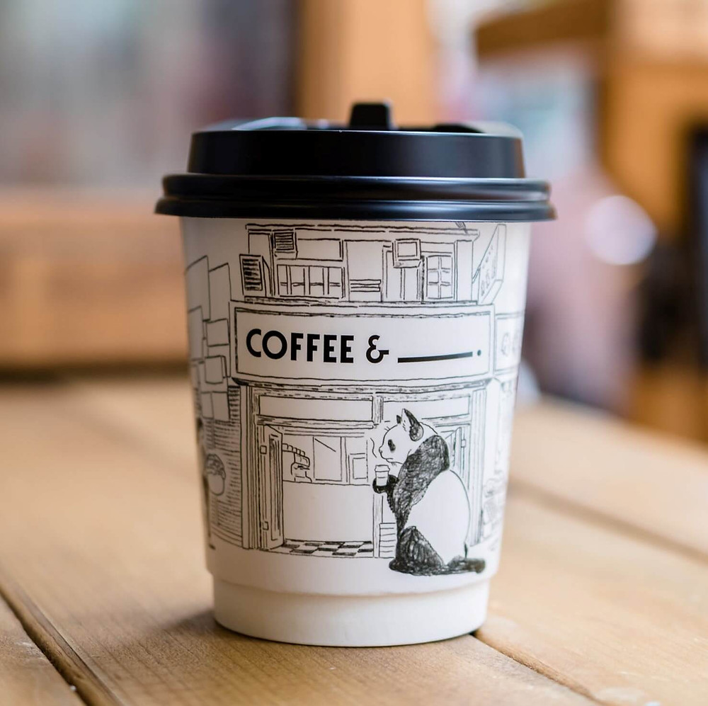 cốc cafe giấy trên mặt bàn