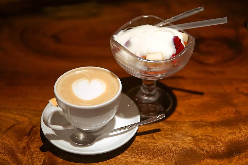 cà phê Latte và sữa chua hoa quả