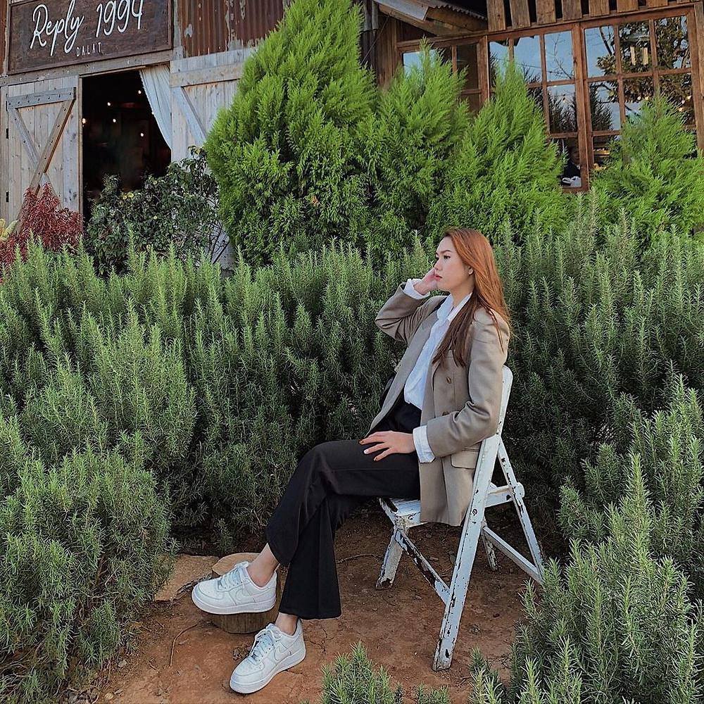 cô gái chụp ảnh cùng cây thông