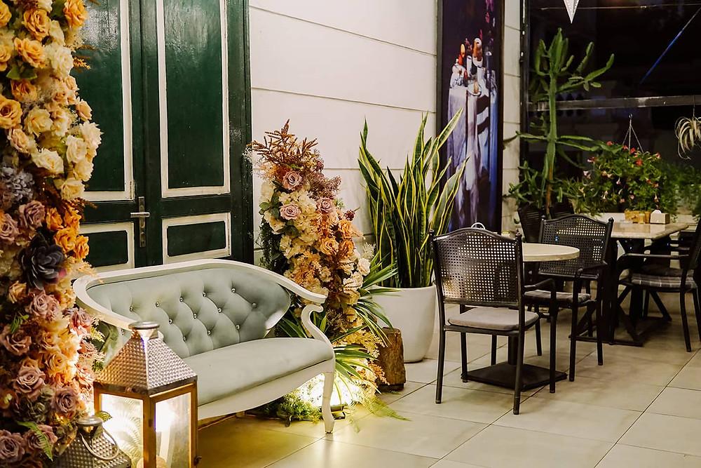 cảnh quan rộng rãi với ghế sofa và bàn uống nước