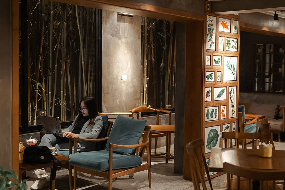 quang cảnh quán cà phê với bàn ghế đệm