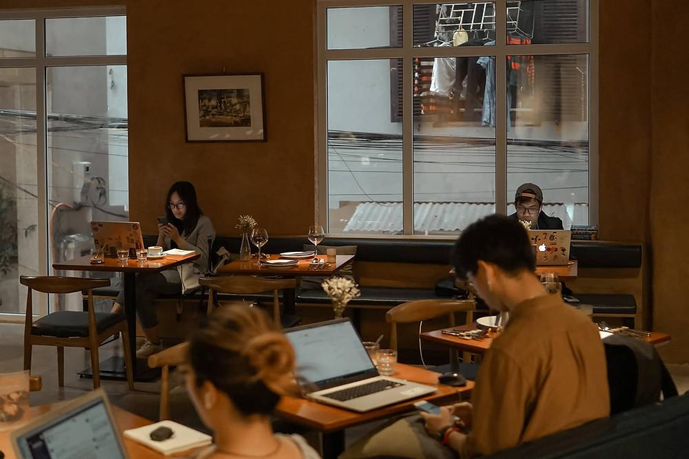 làm việc với laptop trong quán cà phê