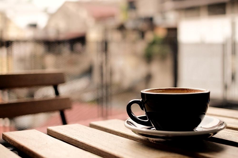 cốc cafe dưới ánh nắng nhẹ
