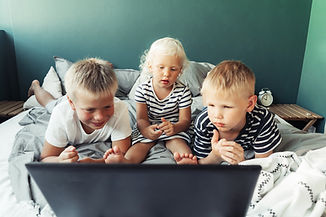 children-look-at-the-laptop-screen-GSQRY