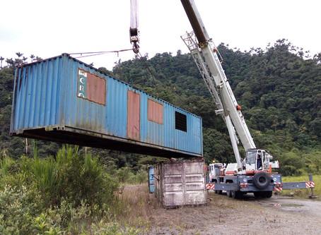 Inicia la construcción de dique con contenedores metálicos en el río Coca