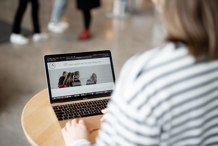 Kannettavan tietokoneen ruudulla CoMedia ry verkkosivut.