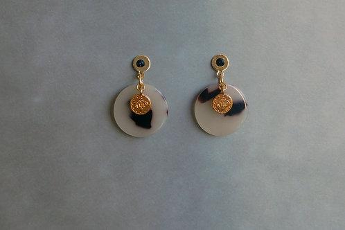Patsy beige : Boucles d'oreilles acétate écaille , médaille boho et inox doré