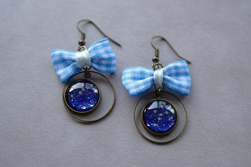 Galaxea bleu nuit - boucles d'oreilles cabochons pailletés et noeud vichy