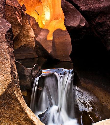 Cachoeira no Vale da Lua na Chapada dos Veadeiros por do sol. Fotografia: Henrique Ferrera