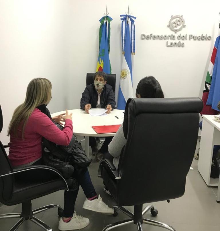 Defensor del Pueblo de Lanús, Alejandro Gorrini junto a las vecinas que acercaron la denuncia