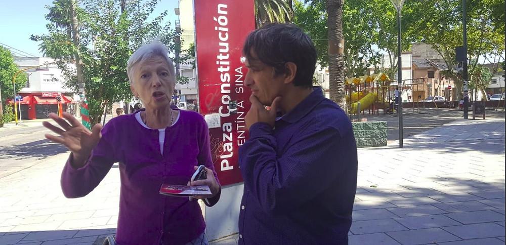 El Dr. Gorrini junto a nuestros vecinos en Plaza Constitución de Valentín Alsina