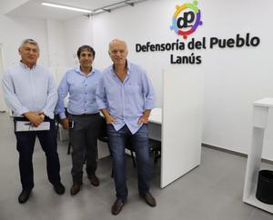 Alejandro Gorrini junto a Néstor Grindetti y Carlos Ortiz en la Sede Central de la Defensoría del Pueblo de Lanús
