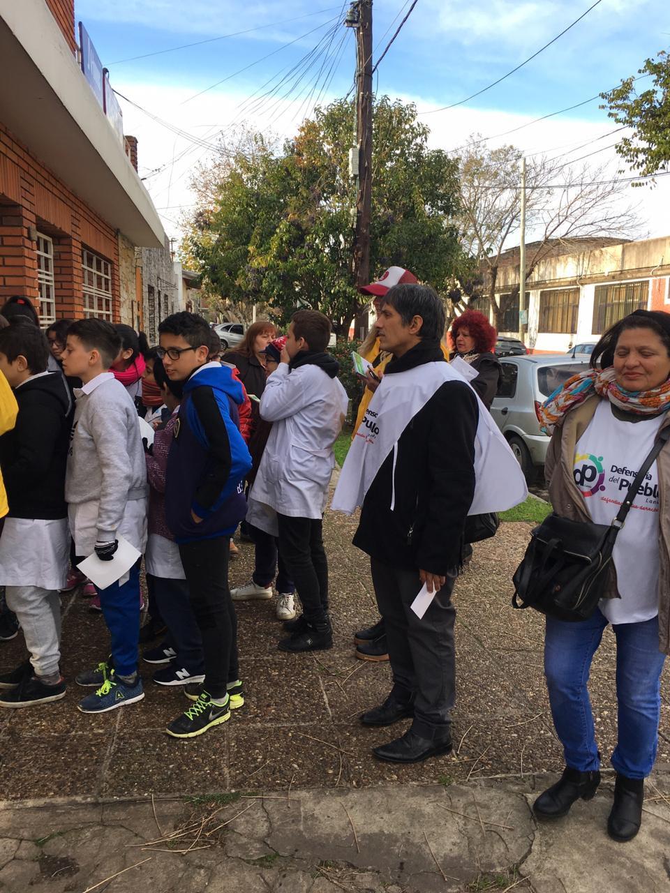El Defensor del Pueblo de Lanús, Alejandro Gorrini junto a los estudiantes durante la campaña
