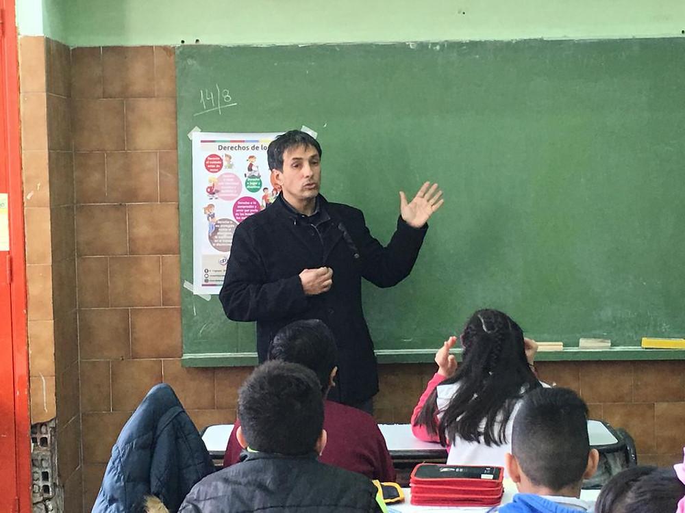 Alejandro Gorrini, Defensor del Pueblo de Lanús, ha visitado las escuelas 12 y 63, para brindar una charla a los niños de quinto grado.