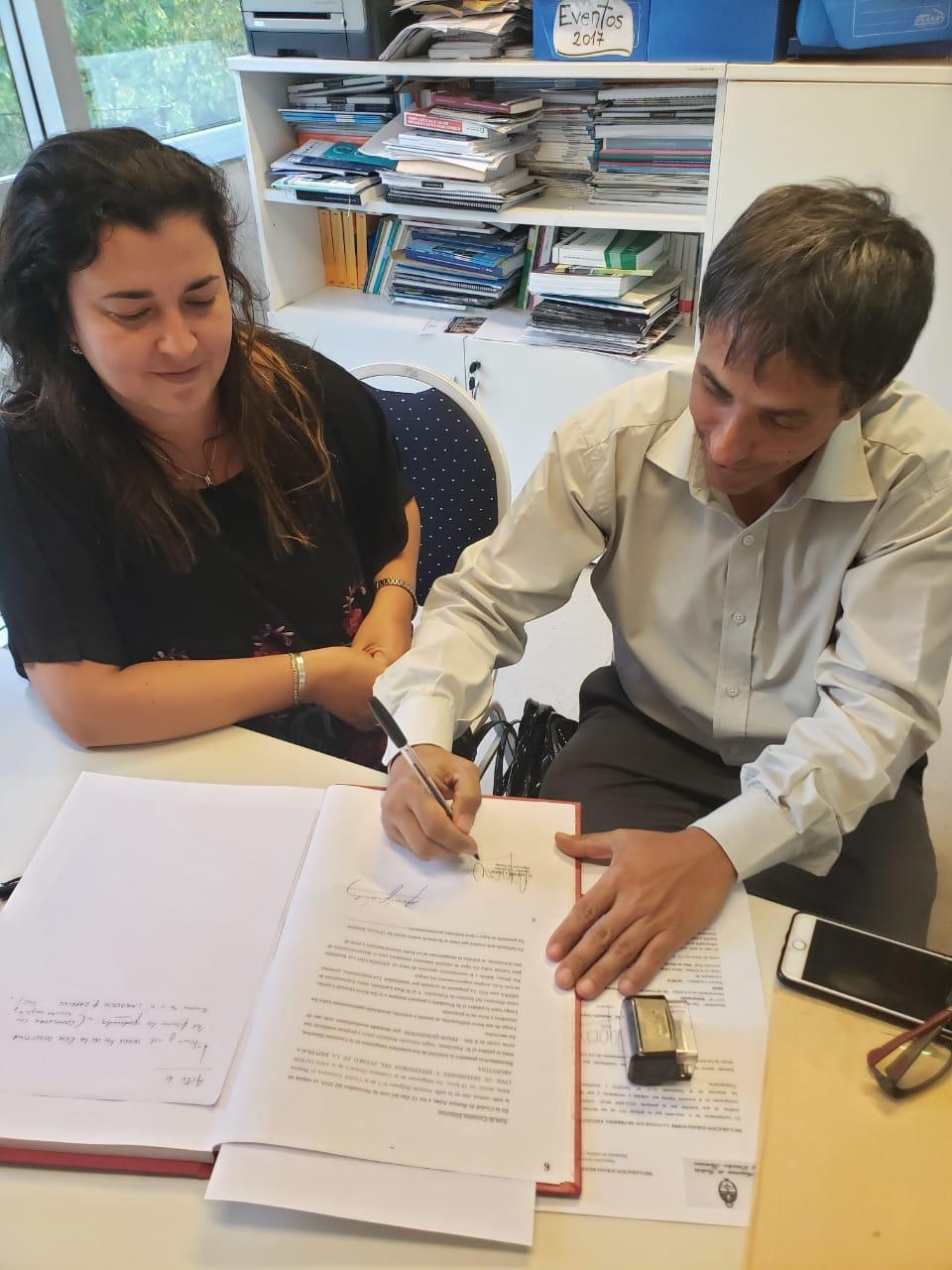 Alejandro Gorrini firma el Acta Constitutiva de la Comision Directiva de ADPRA acompañado por la Defensora del Pueblo de Escobar y Secretaria de ADPRA, la Dra. Rocio Fernandez