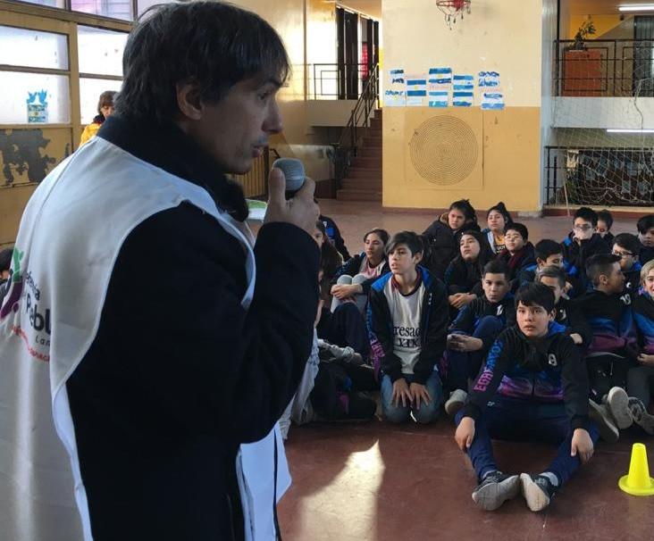 El Dr.Alejandro Gorrini, junto a los estudiantes de 5to Año