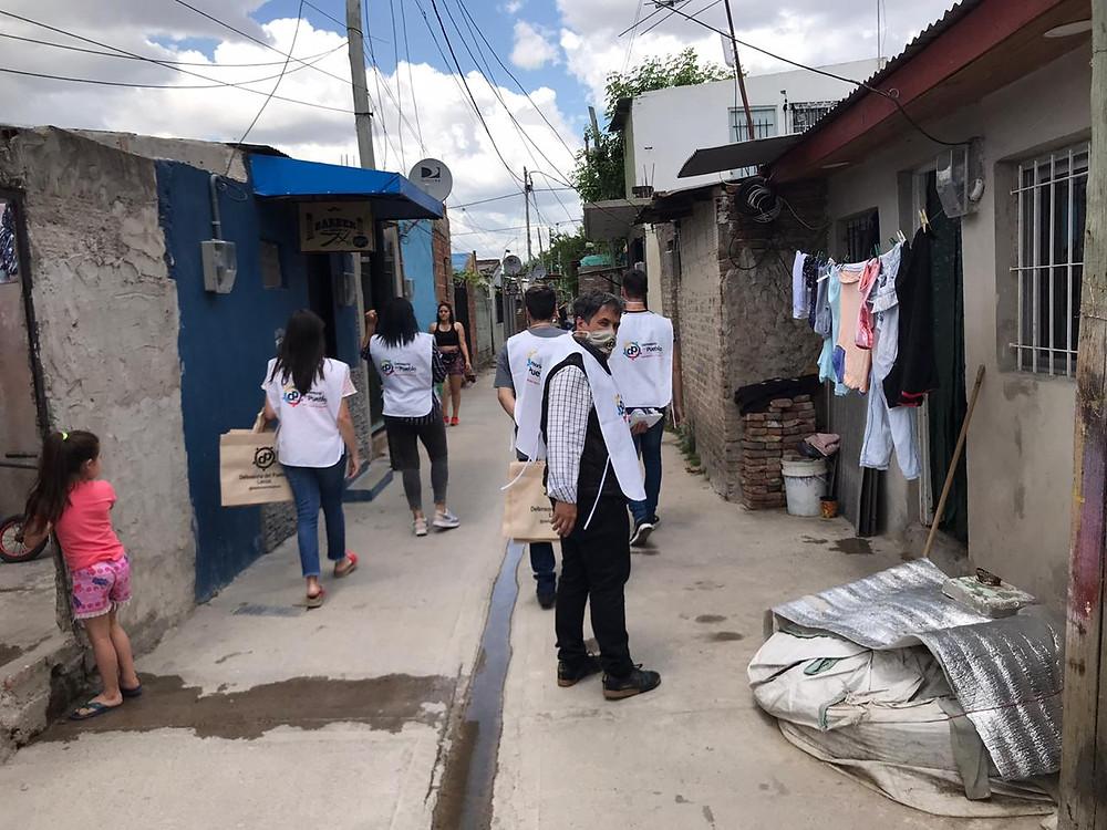 """Durante la mañana de hoy, el Defensor del Pueblo de Lanús, el Dr Alejandro Gorrini junto al equipo de la Defensoría Itinerante recorrió el barrio """"Los Ceibos"""" y atendió las consultas y reclamos de los vecinas/os del barrio."""