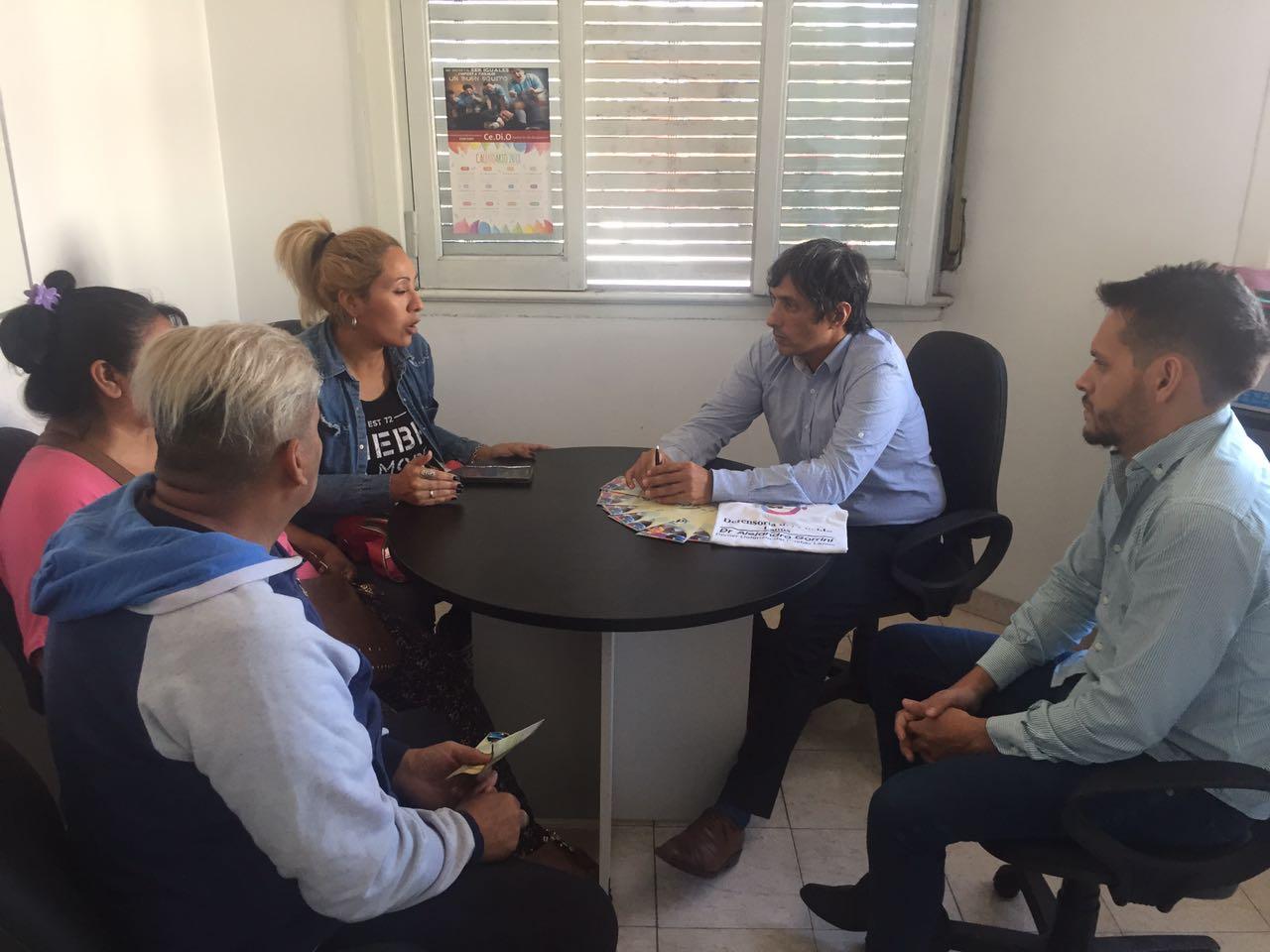Dr. Alejandro Gorrini junto a los vecinos de 9  de Julio