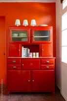 vaiselier orange sur mur orange