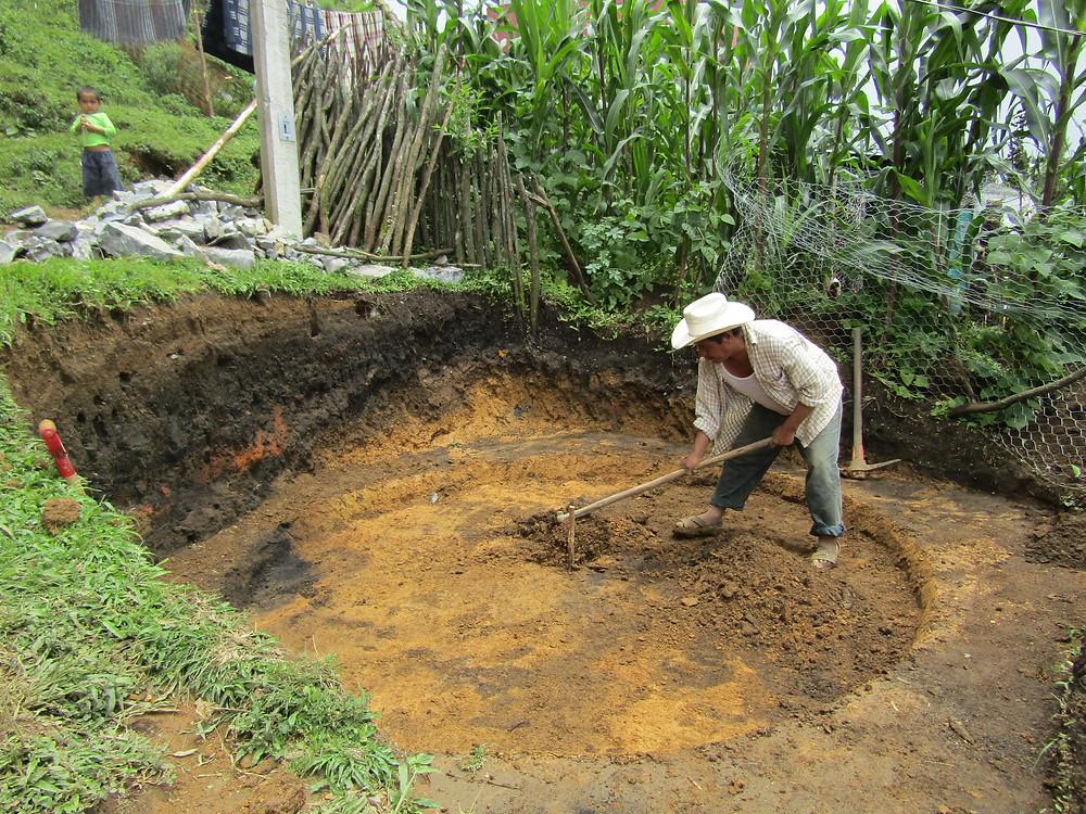 SZO. Participante acondicionando sitio para la instalación de sistema de captación de agua de lluvia.