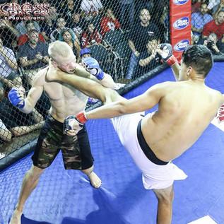 Barhona high kick ko CZ 59.jpg