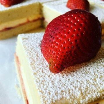 Victoria Sponge Cake ( 4 slices )