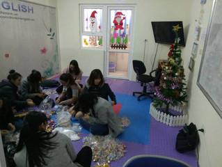 Các cô giáo xinh đẹp TCM English gói quà Noel cho các bé!