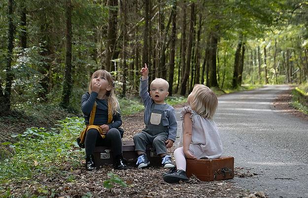 petites filles et petit garçon en salopette les petits moineaux