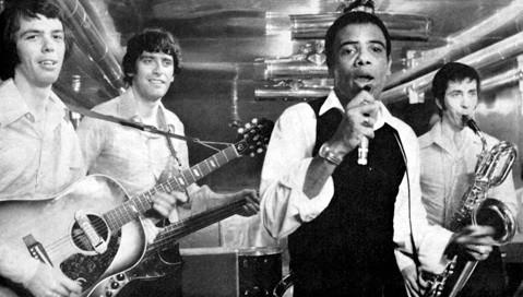 """Gilbert Dall'Anese au saxo, à droite. Capture du film """"Les Jeunes Loups""""."""