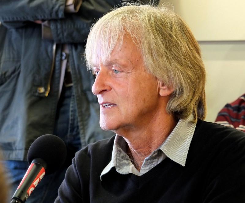 Le chanteur Dave présentant son livre J'irais bien refaire un tour, lors de la retransmission en direct de l'émission de RMC Les Grandes Gueules depuis la FNAC La Défense (Paris), le 5 octobre 2012.