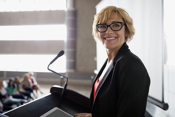 Mujer en el podium