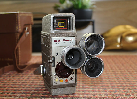 VINTAGE BELL & HOWELL 8 MM MOVIE CAMERA 252  CIRCA 1954