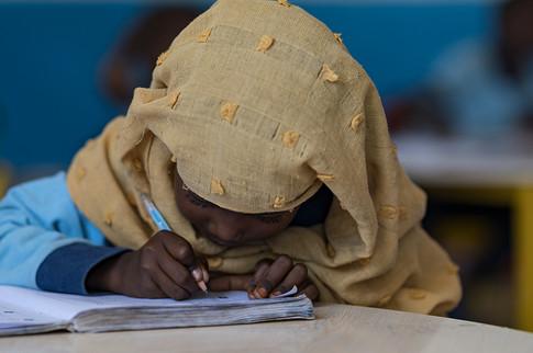 Une élève se concentre sur son travail dans une des salles de classe réhabilitées par la délégation de l'Union Européenne à Djibouti.