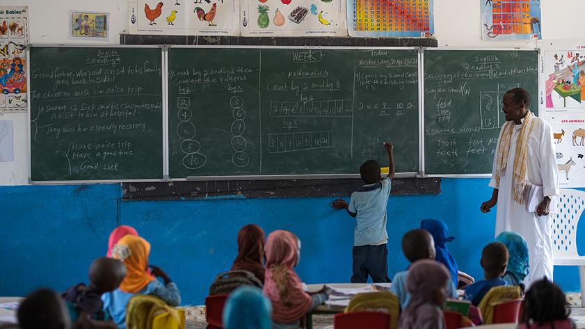 Dans le camp de réfugiés d'Ali Addeh, un enseignant donne des cours dans une salle de classe réhabilitée par la délégation de l'Union Européenne à Djibouti.