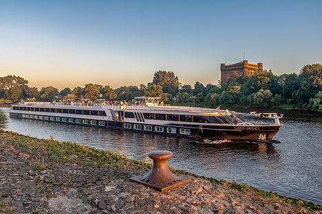 river-cruise-ship-3509726_1280.jpg