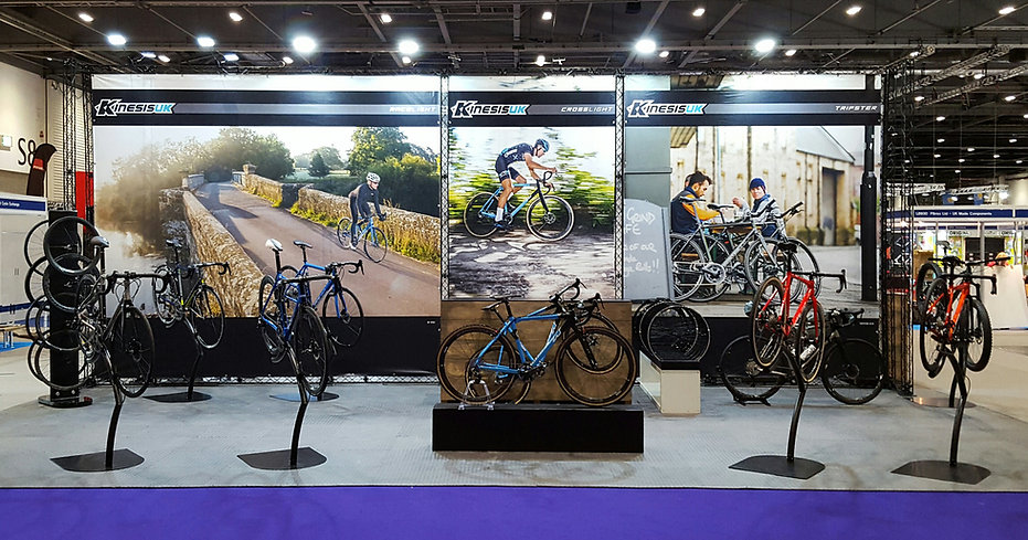 Flexible exhibition stand for optimal visibility