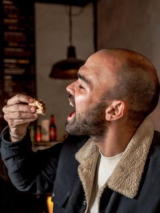 Él es Manu, comiendo un Manoushe.