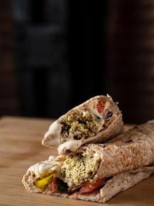 Nuestro Falafel Saj es apto para veganos. Falafel al horno que te llenará, cubierto con nuestra salsa Tahini y verduras crujientes. ¡Cada bocado te llevará a las calles de Beirut!