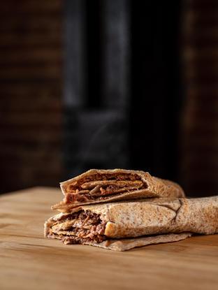 Confía en nosotros. Este Lahm bi Ajin es un clásico en el Líbano. Para el desayuno o la comida, o para cenar, Lahm bi Ajin es la respuesta. En casa añadimos una línea de melaza granada para perfeccionar la mezcla y ir de viaje al Medio Oriente.