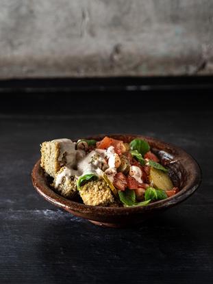 El delicioso Falafel. Sí, sabemos que nuestro Falafel Saj Manoushe es delicioso. Y sí, sabemos que algunos de ustedes son intolerantes al gluten. Así que decidimos crear un Falafel Bowl sin gluten. ¡El tahini cubre suavemente nuestro falafel horneado sobre una base de garbanzos!
