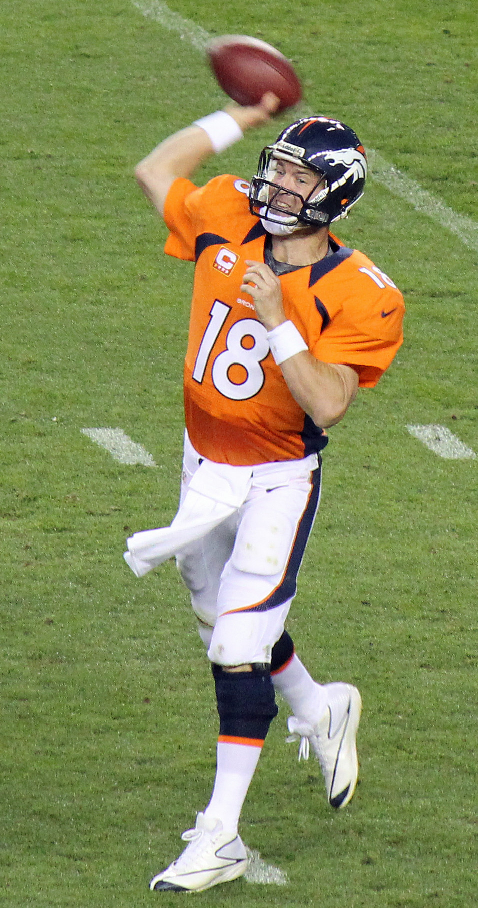 Peyton_Manning_throwing.jpg