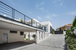 Vista hacia el garaje exterior cubierta. Casa Alicante.
