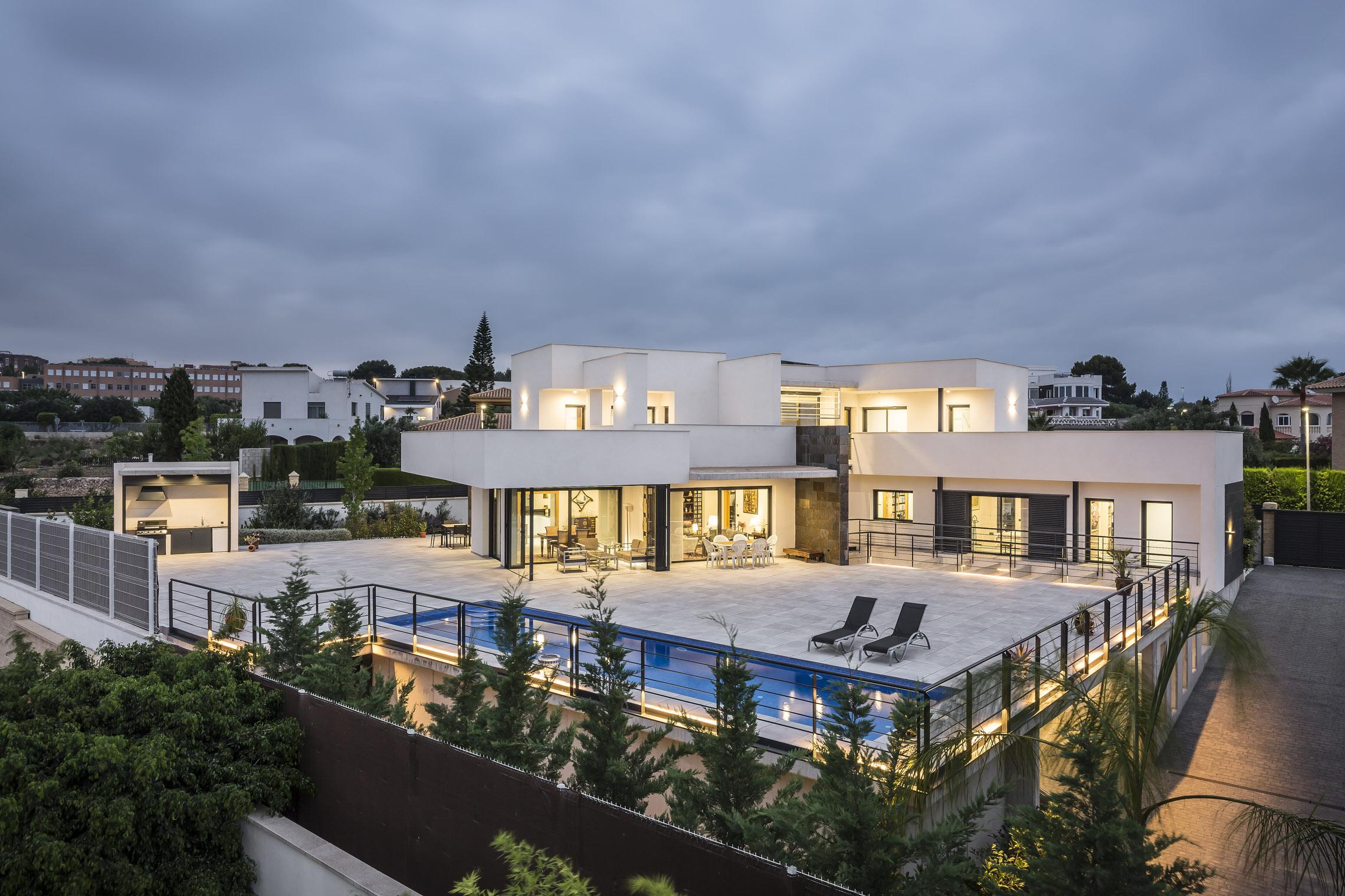 Espacio de piscina, barbacoa y jardín. Casa Alicante.