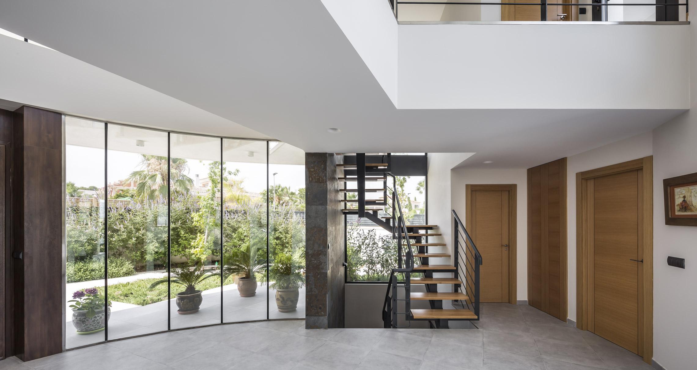 Hall. Vista hacia la escalera. Casa Alicante.