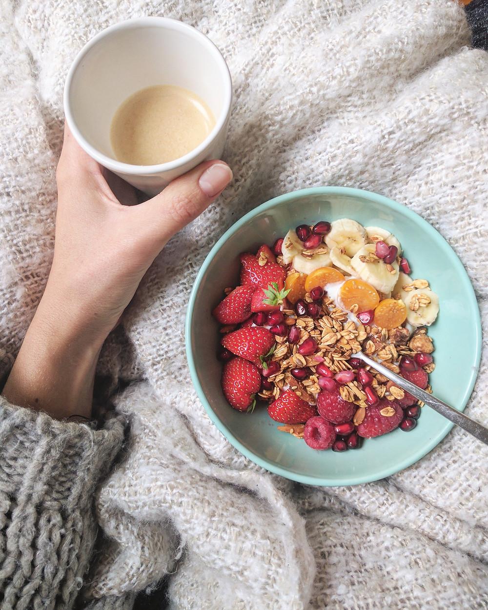 Granola ontbijt met vers fruit